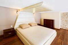 Intérieur moderne de chambre à coucher de style de minimalisme dans le beige Images stock
