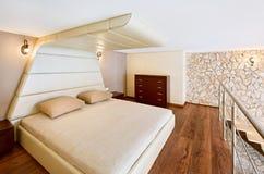 Intérieur moderne de chambre à coucher de type de minimalisme Photographie stock libre de droits