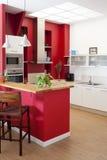 Intérieur moderne de cuisine avec la barre Photographie stock libre de droits