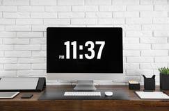 Intérieur moderne de lieu de travail avec l'ordinateur et les dispositifs sur la table photographie stock libre de droits
