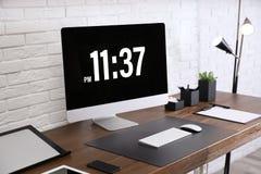 Intérieur moderne de lieu de travail avec l'ordinateur et les dispositifs sur la table image libre de droits