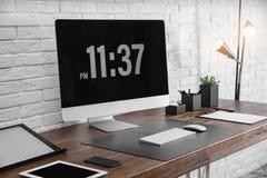Intérieur moderne de lieu de travail avec l'ordinateur et les dispositifs sur la table photos libres de droits