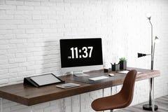 Intérieur moderne de lieu de travail avec l'ordinateur et les dispositifs sur la table photographie stock