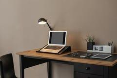 Intérieur moderne de lieu de travail avec l'ordinateur portable et les dispositifs sur la table photo libre de droits