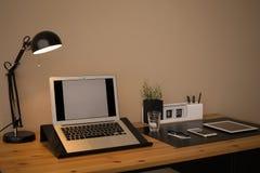 Intérieur moderne de lieu de travail avec l'ordinateur portable et les dispositifs sur la table image libre de droits