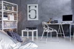 Intérieur moderne de pièce avec le lieu de travail Image stock