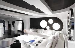 Intérieur moderne de pièce dans des couleurs noires et blanches Photo stock
