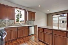 Intérieur moderne de pièce de cuisine dans une maison vide Meublé avec des coffrets de brun foncé photos stock