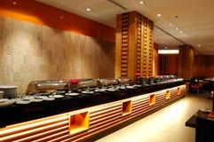 Intérieur moderne de restaurant dans l'illumination de nuit photos libres de droits