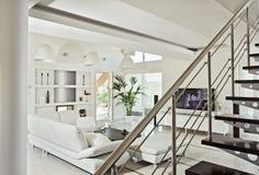 Intérieur moderne de salle de séjour Snow-white Photographie stock libre de droits