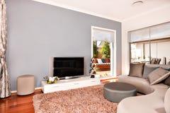 Intérieur moderne de salon avec une télévision et des sofas ronds dedans Images stock