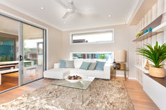 Intérieur moderne de salon d'une maison de luxe Photo stock