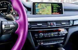 Intérieur moderne de véhicule Le volant rose avec le media téléphonent des boutons de contrôle Écran de navigation Fond de systèm images stock