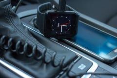 Intérieur moderne de voiture avec la montre intelligente sur le bâton de vitesse Image libre de droits
