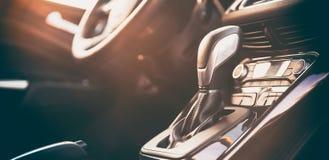 Intérieur moderne de voiture - transmission automatique, volant Photo libre de droits