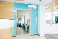 Intérieur moderne lumineux de hall de attente avec des zones de réception et de garde-robe Foyer sélectif photo stock