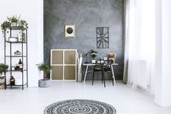 Intérieur monochromatique d'espace de travail avec l'horloge Photo libre de droits