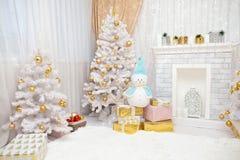 Intérieur neigeux confortable du ` s de nouvelle année Photographie stock