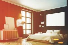 Intérieur noir de chambre à coucher, femme, coin Images stock