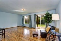 Intérieur non fini de salon avec les murs bleus et les rideaux bleus Photo stock