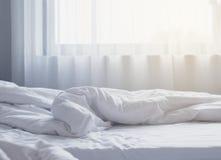 Intérieur orienté blanc de chambre à coucher de draps Photo libre de droits