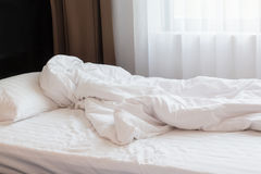 Intérieur orienté blanc de chambre à coucher de draps Photographie stock libre de droits