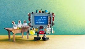 Intérieur pharmaceutique de laboratoire de recherches de drogue Pharmacien de chimiste de robot d'intelligence artificielle exami photo stock