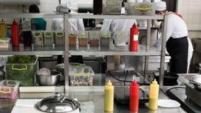 Intérieur professionnel d'espace de travail de cuisine de restaurant Photos libres de droits