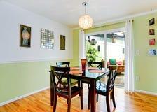 Intérieur régénérateur de salle à manger dans la couleur en bon état photo stock