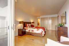 Intérieur romantique de chambre à coucher principale avec le cabinet Image libre de droits