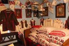 Intérieur roumain traditionnel de maison photographie stock libre de droits