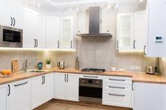 Intérieur scandinave blanc élégant de cuisine avec des accessoires de décor images stock