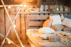 Intérieur scandinave de chambre à coucher sous Noël Lit en bois de texture dans le style de rustique de nouvelle année décoré images libres de droits