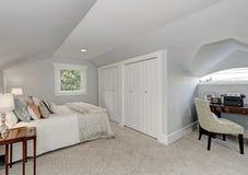 Intérieur simplement meublé de chambre à coucher de grenier image stock