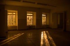 Intérieur sinistre et rampant d'hôpital abandonné et putréfié Photo libre de droits