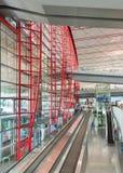 Intérieur spacieux avec le grand escalator, aéroport international capital de Pékin Photo libre de droits