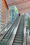 Intérieur spacieux avec le grand escalator, aéroport international capital de Pékin Images stock