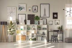Intérieur spacieux d'espace de travail avec le ficus Photos stock