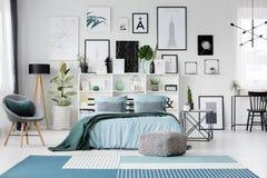 Intérieur spacieux de chambre à coucher avec le fauteuil Photo libre de droits