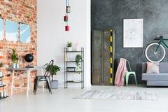 Intérieur spacieux de grenier de couleur de contraste photos stock