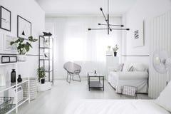 Intérieur spacieux et meublé de chambre à coucher photographie stock libre de droits