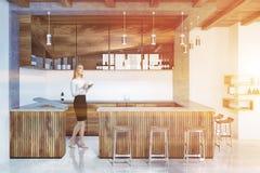 Intérieur, tabourets en bois et bouteilles de barre modifiés la tonalité Image libre de droits