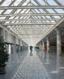 Intérieur terminal principal d'aéroport Image stock