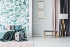 Intérieur vert de chambre à coucher avec des feuilles image stock