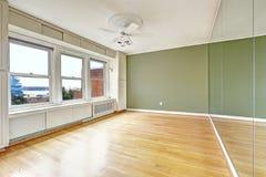 Intérieur vide d'appartement dans le vieux bâtiment résidentiel avec la baie vi Image libre de droits