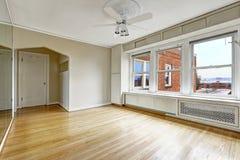 Intérieur vide d'appartement dans le vieux bâtiment résidentiel dedans en centre ville Photo stock
