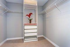 Intérieur vide de cabinet avec les étagères et le coffret blanc photo stock