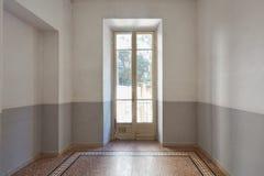 Intérieur vide de pièce avec la vieille fenêtre et le plancher carrelé dans un jour ensoleillé images stock