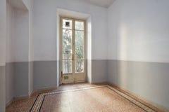 Intérieur vide de pièce avec le plancher carrelé et la vieille fenêtre photos libres de droits