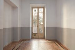Intérieur vide de pièce avec le plancher et la fenêtre carrelés avec le balcon photo libre de droits